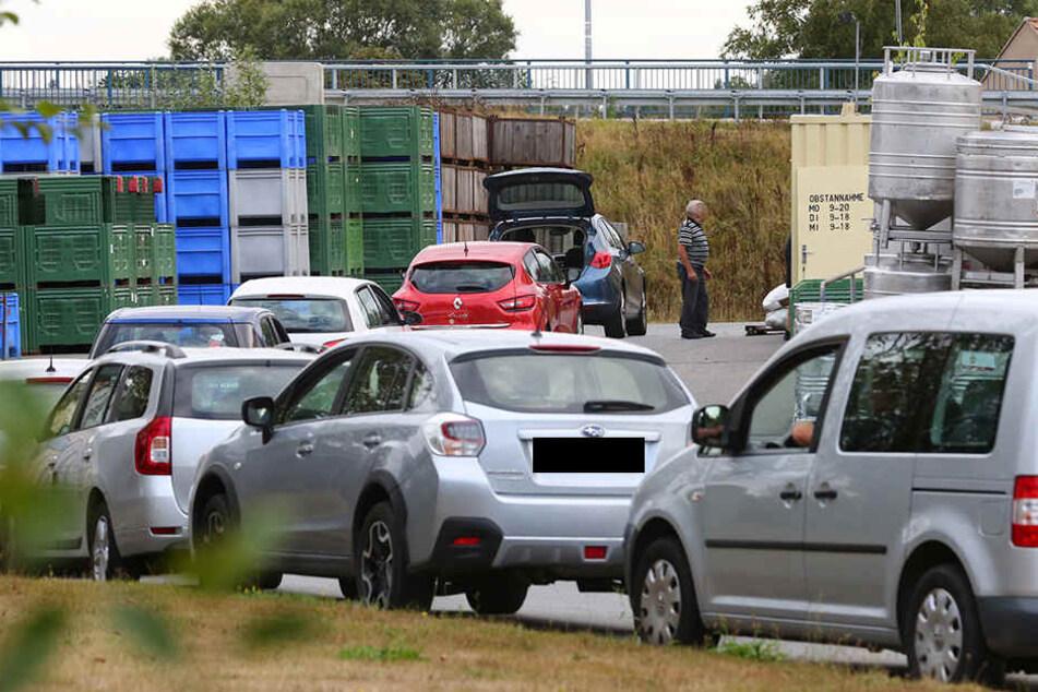 Bei einem Streit zwischen zwei Männern ist ein 77-Jähriger in Arnsdorf (Landkreis Bautzen) mit einem Auto tödlich verletzt worden.