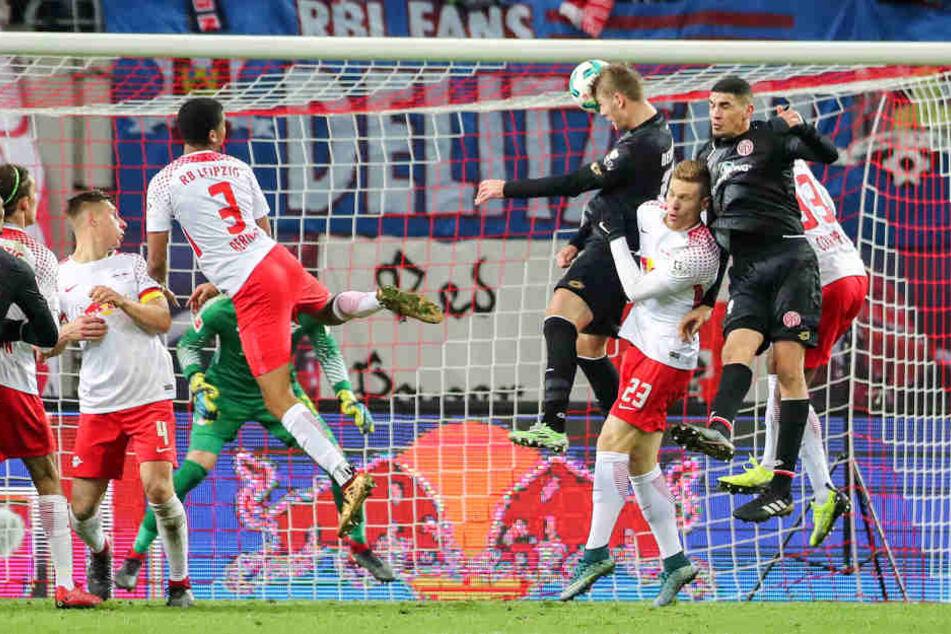 Das Tor, das den FC Bayern vorzeitig zum Herbstmeister machte: Emil Berggreen steigt am höchsten, kein Leipziger kann ihn am 2:2-Ausgleich hindern.