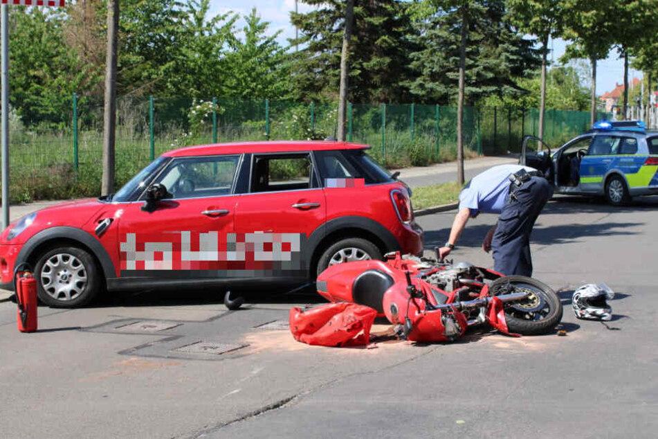 Der Fahrer des Minis übersah den Biker und erfasste das Motorrad.