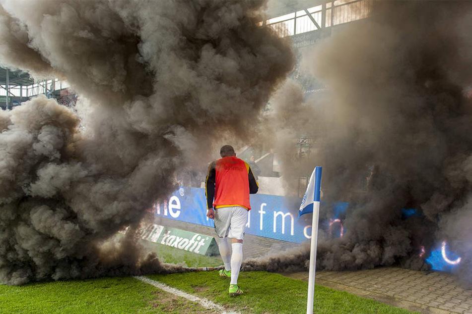 Eine Nebelbombe vorm Gäste-Block versperrte 2015 nicht nur Stefan Kutschke auf dem Weg zum Warmmachen die Sicht.