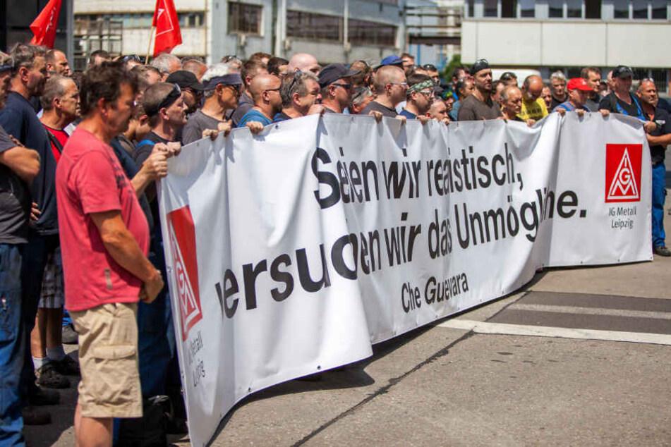 """Sie wollen das """"Unmögliche"""" und ihren Standort erhalten - rund 300 Schichtarbeiter der Leipziger Halberg-Gießerei traten gestern in einen Warnstreik."""