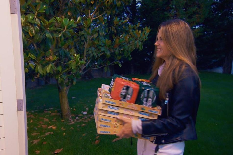 Nadine Klein (32) mit Pizza und Bier bewaffnet vor der Männervilla.