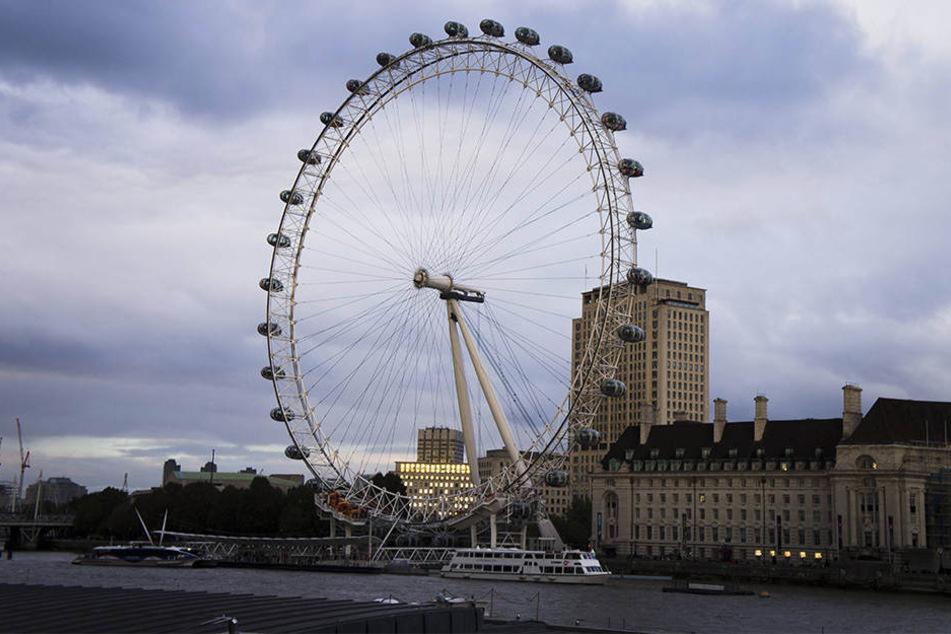 Wegen eines technischen Fehlers saßen Fahrgäste stundenlang im London Eye fest.