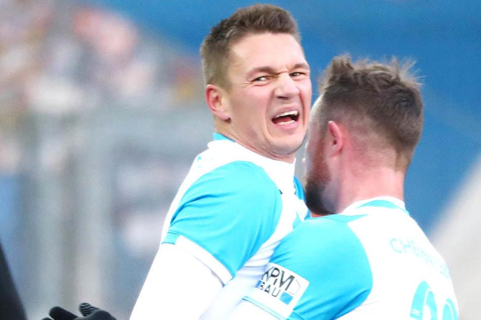 Die Torschützen Daniel Frahn und Tobias Müller jubeln. Erstgenannter hat Schmerzen im Gesicht.