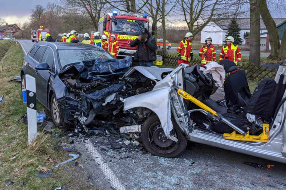 Tödlicher Unfall: Nissan kracht in Gegenverkehr, Ehepaar erliegt seinen schweren Verletzungen!