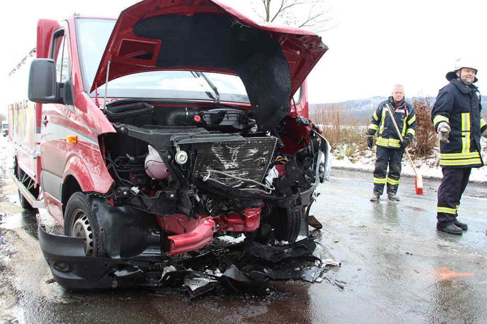 Der Fahrer (28) des roten Mercedes Sprinter blieb unverletzt.
