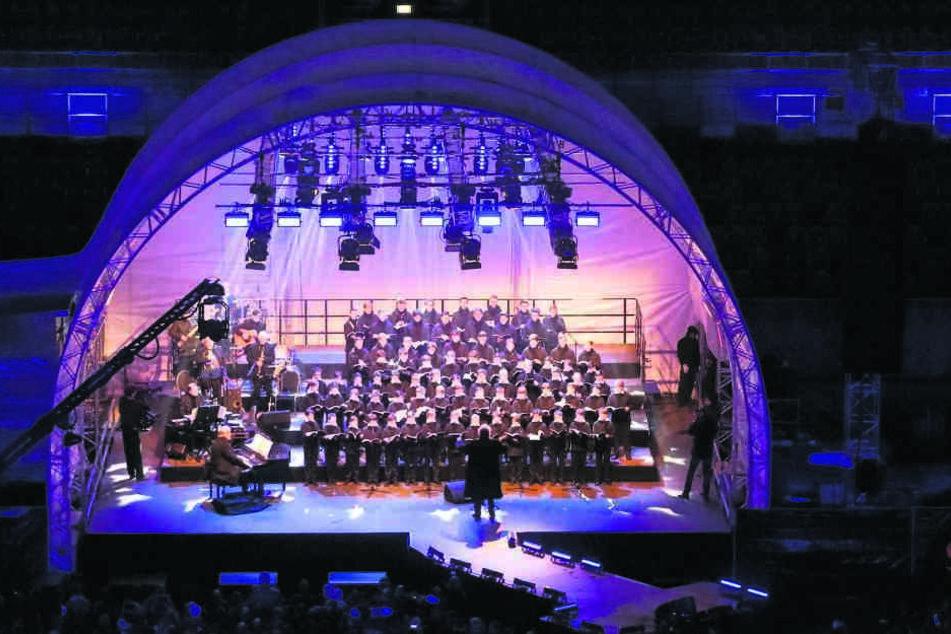 Der Kreuzchor auf der Bühne im Rudolf-Harbig-Stadion.