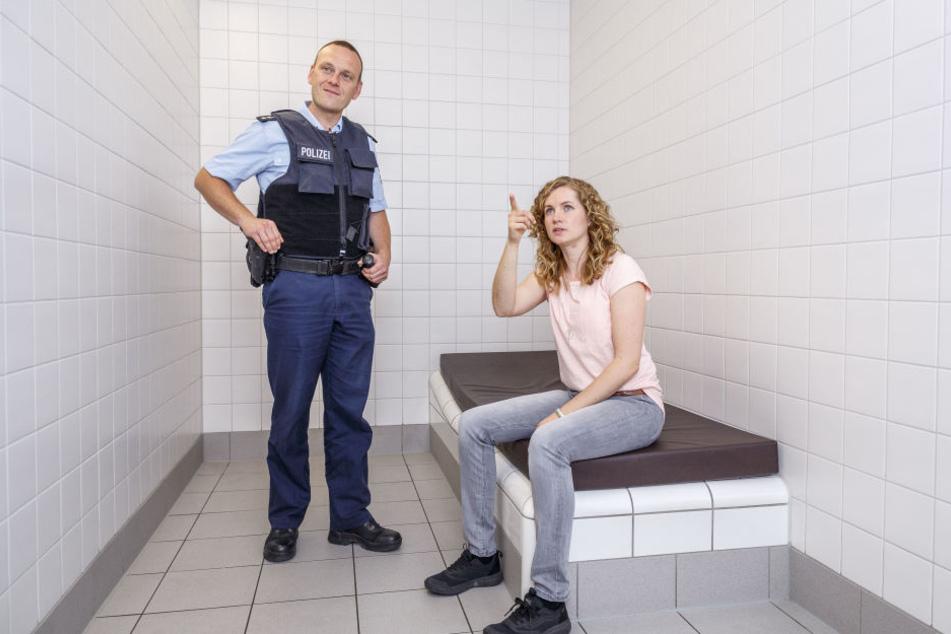 """Da ist ja eine Kamera! Der echte Kommissar Holger Uhlitzsch (37) von der Bundespolizei führt die """"falsche"""" Kommissarin in eine Zelle."""