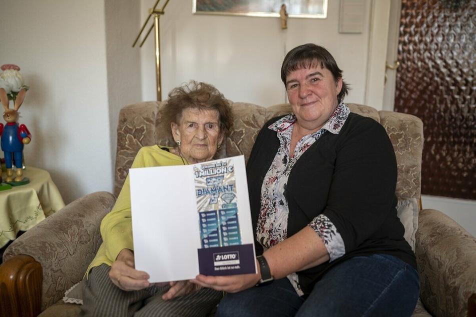 """Für """"Alltagsheldin"""" Edith Meyhack (86) und ihre Tochter Petra Meyhack ein """"Diamant 7""""-Premium-Rubbellos mit der Chance auf einen Millionengewinn."""