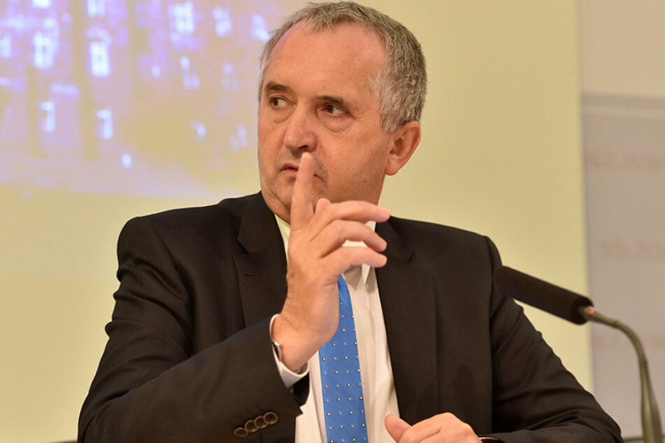 Minister Thomas Schmidt (56, CDU) schwört auf frische Milch aus Sachsen.