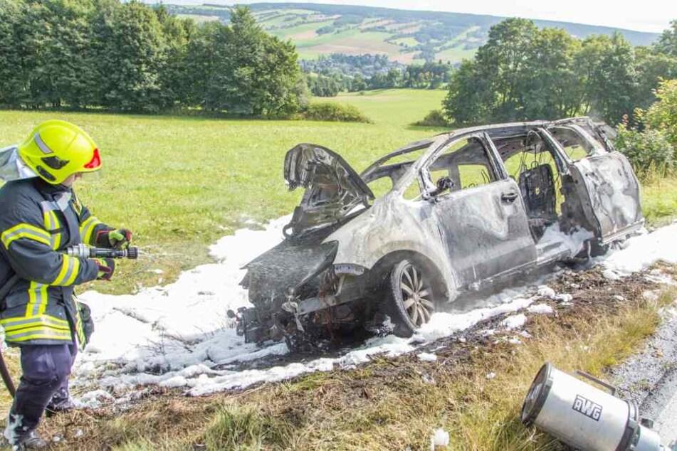 Die Feuerwehr konnte den brennendenVW bei Königswalde nicht mehr rechtzeitig löschen.