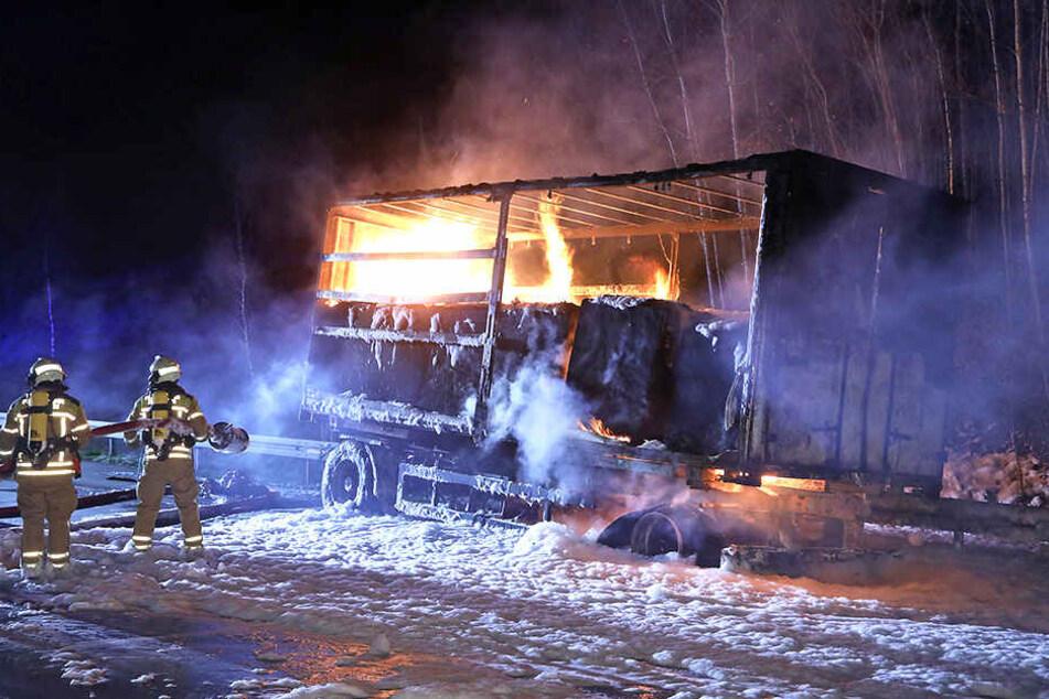 Ein Lasteranhänger in Flammen auf der Autobahn 17 führte zu stundenlangen Sperrungen.