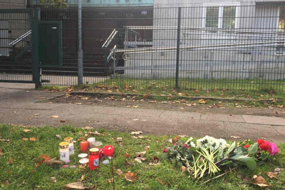 Blumen und Kerzen liegen in Gedenken an die Opfer in Halle vor der Synagoge in Hamburg.