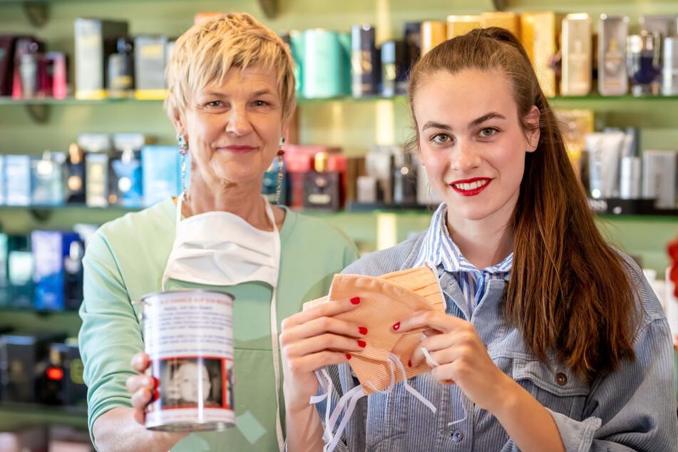 """Maske gegen Spende - Heike (l.) und Charlotte Brautzsch unterstützen die Aktion in ihrer Drogerie """"Duft-Suse"""" in Hohndorf."""