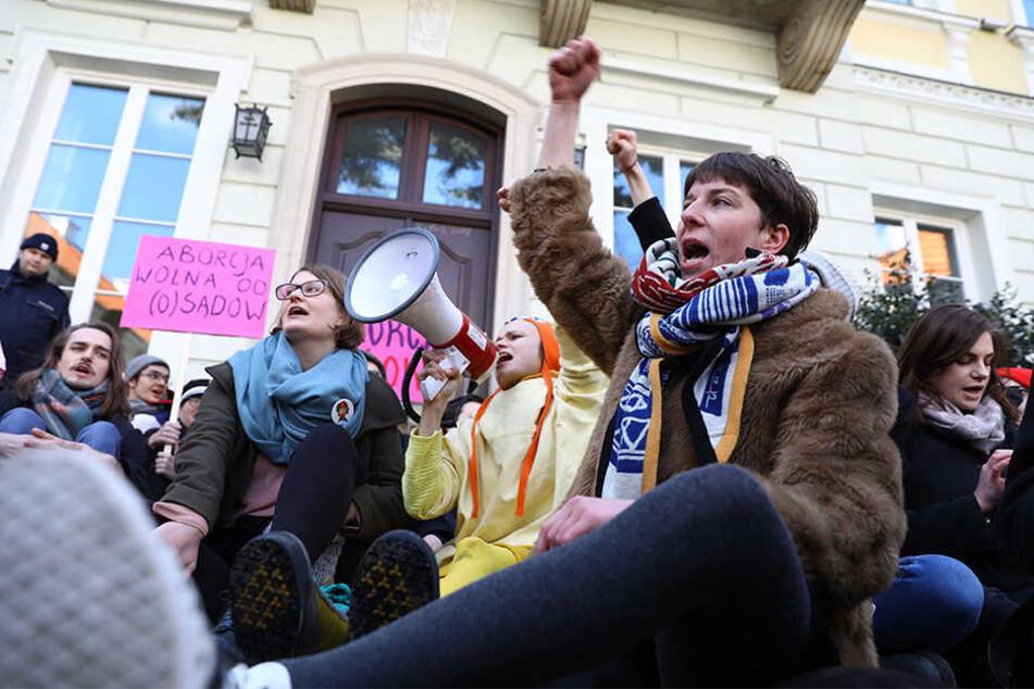 Vertreter des Antifaschistischen Studentenkomitees protestierten bereits am 21.03.2018 vor der Universität von Warschau gegen die Verschärfung des Abtreibungsgesetzes.