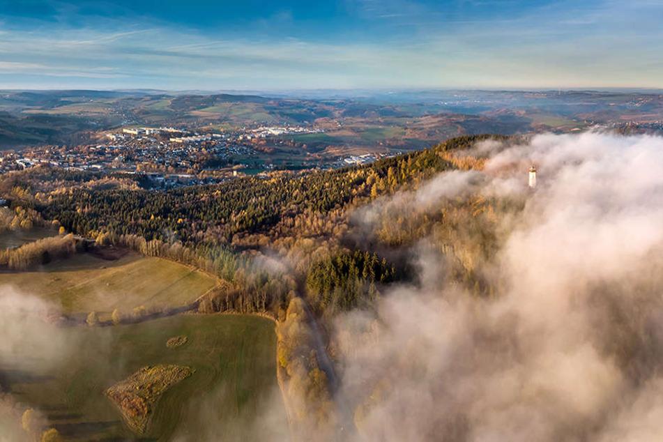 Der Blick aus Drohnenperspektive zeigt, wie sich der böhmische Nebel am Pöhlberg staut und vor Annaberg auflöst.