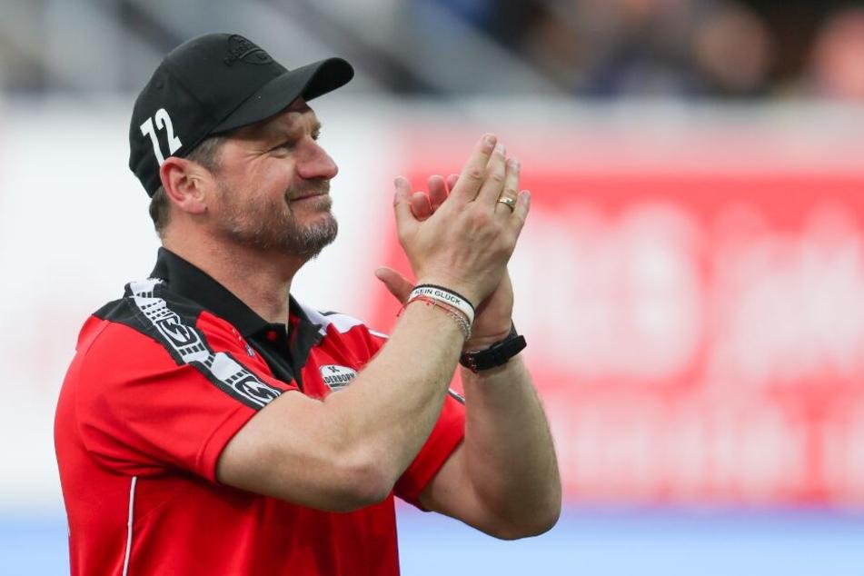 Trainer Steffen Baumgart freut sich über den Erfolg seiner Jungs.