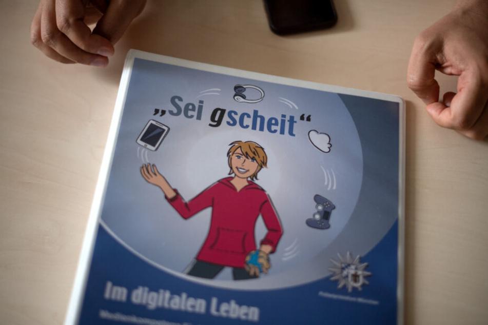 Ein Heft der Polizei, das über den richtigen Umgang mit digitalen Medien informieren soll.