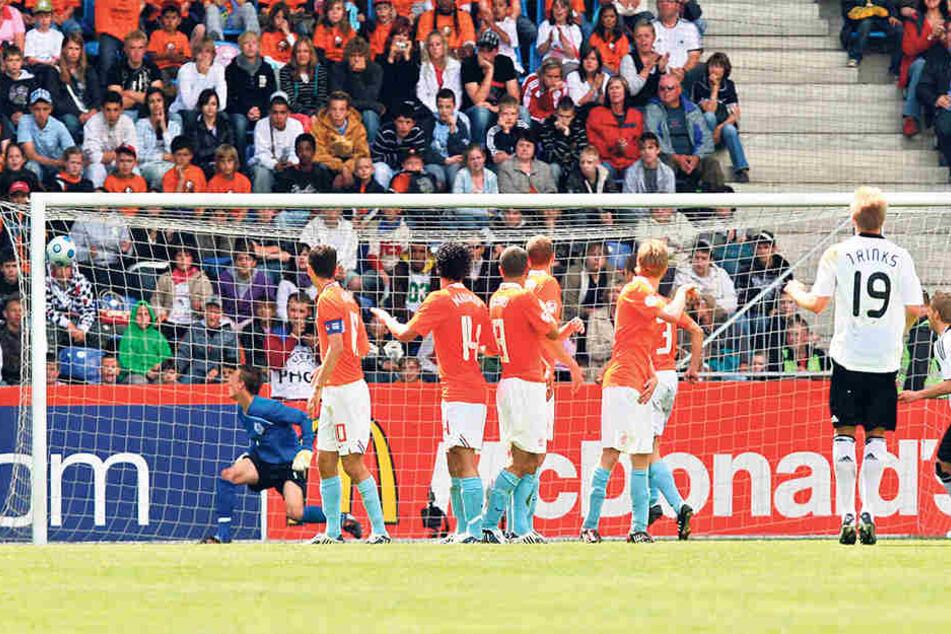"""Mit diesem Traumfreistoßtor schoss Florian Trinks (Nr. 19) die deutsche """"U 17""""- Auswahl 2009 zum 2:1-Sieg gegen die Niederlande und damit zum EM-Titel."""