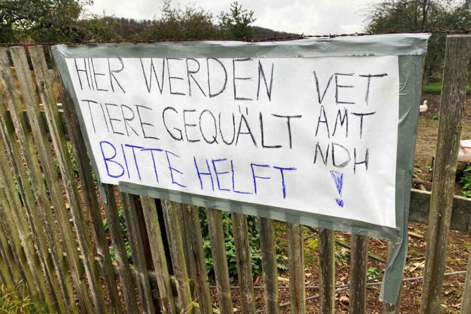 Anwohner von Bleichrode machten mit Bannern auf die Tierquäler aufmerksam.