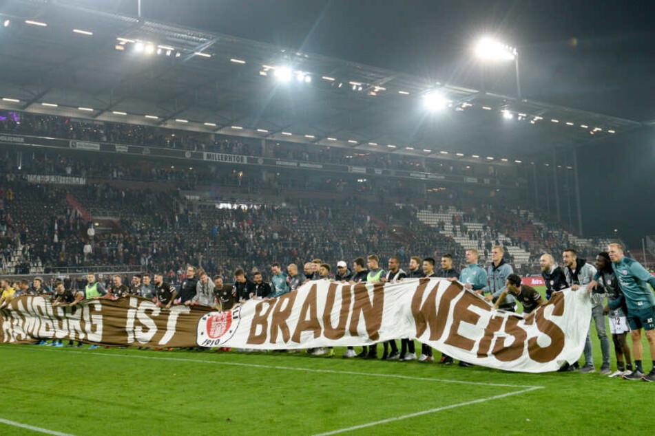 """Nach der Partie standen die Kiezkicker mit einem Banner """"Hamburg ist braun weiss"""" vor ihren Fans."""