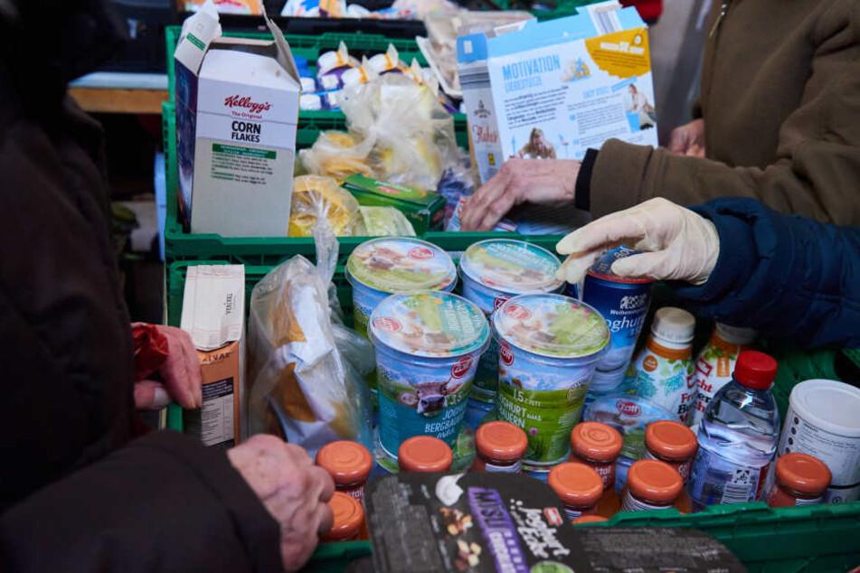 Zahlreiche Bedürftige versorgen sich mit Lebensmitteln bei der Tafel. (Symbolbild)