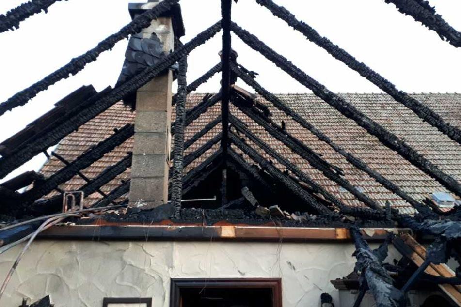 Dachstuhl völlig zerstört! Mann wird bei Feuer auf altem Bauernhof verletzt