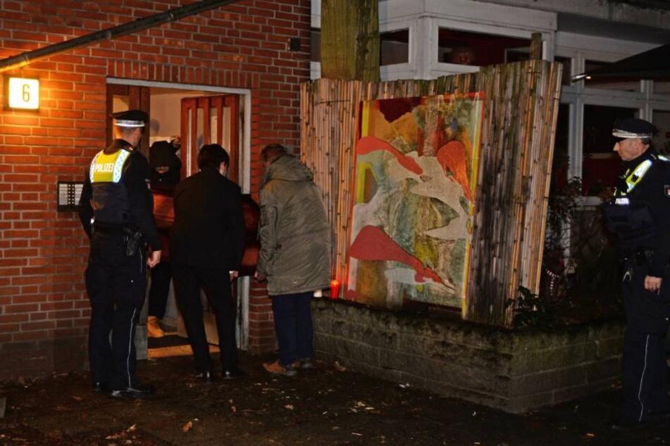Tim Mälzer trägt den Sarg seines verstorbenen Freundes aus der Wohnung.
