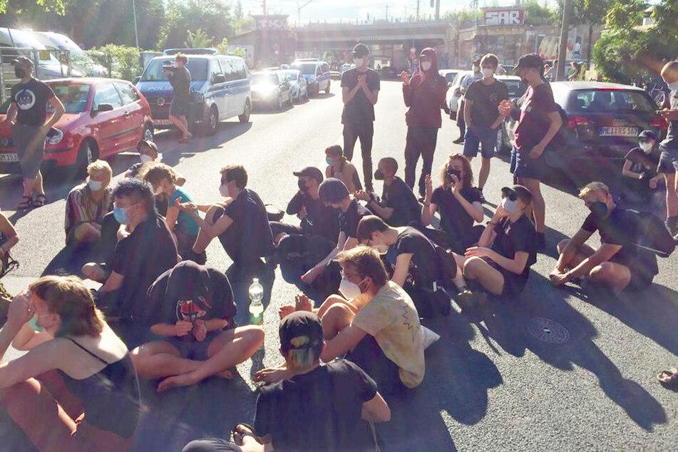 Zahlreiche Unterstützer der Besetzung blockieren am Abend die Lößnitzstraße.