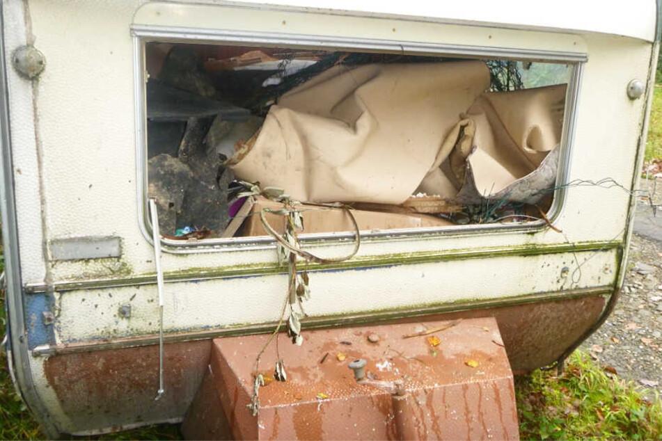 Der verwitterte Caravan war randvoll mit Unrat vollgestopft.