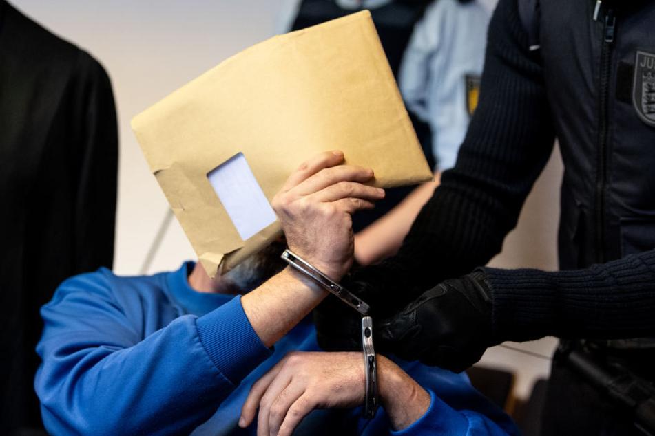 Der Stiefvater hatte gemeinsam mit der Mutter den Jungen im Internet zum Vergewaltigen angeboten.