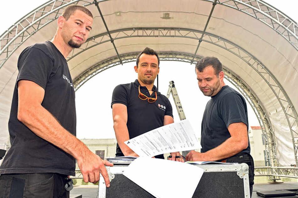 60 Techniker haben angepackt, damit das Schlemmerfestival am Samstag öffnen kann.  Paul Hönig (28, v.l.), Peter Acs (36) und Daniel Aubrecht haben sich um die  Bühnen gekümmert.