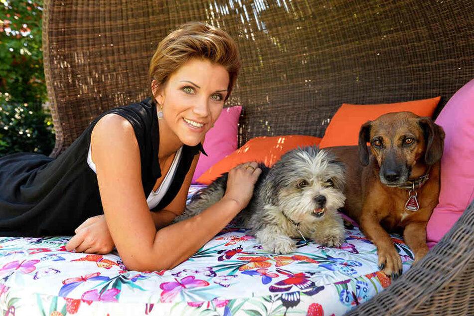 Anna-Maria Zimmermann mit ihren Hunden Jamy (links) und Bella.