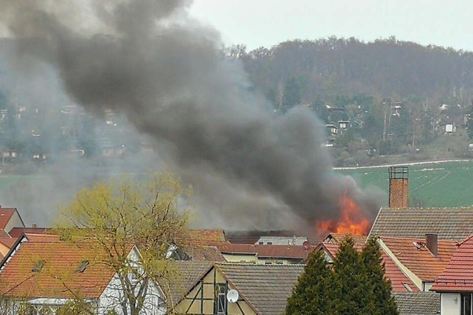 Flammen schlagen meterhoch aus Dach: Zwei Verletzte bei Brand