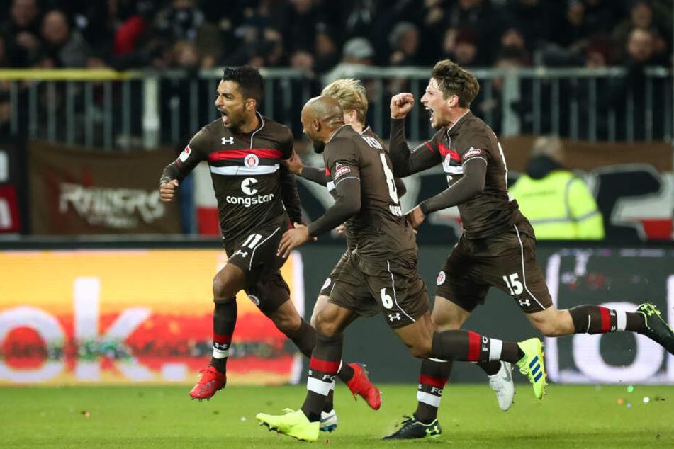 Die St.-Pauli-Spieler bejubeln den Führungstreffer von Sami Allagui (links).