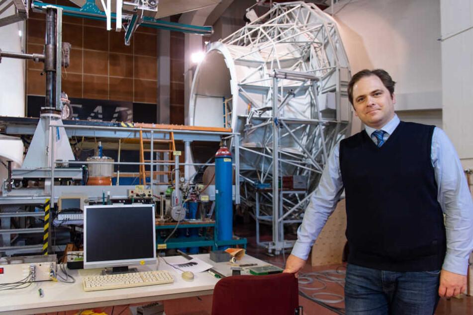 Wissenschaftler Martin Tajmar (44) - hier vor dem Hintergrund eines Windkanals - denkt schon an eine Mondbasis im Jahr 2035.
