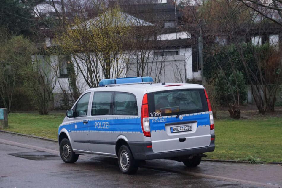 Beamte der Kriminalpolizei ermitteln die Brandursache.