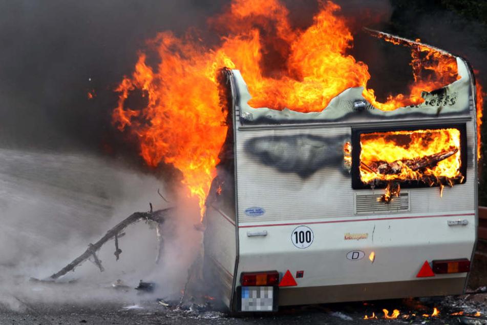 In den ausgebrannten Trümmern eines Wohnwagens fand die Feuerwehr eine Leiche. (Symbolbild)