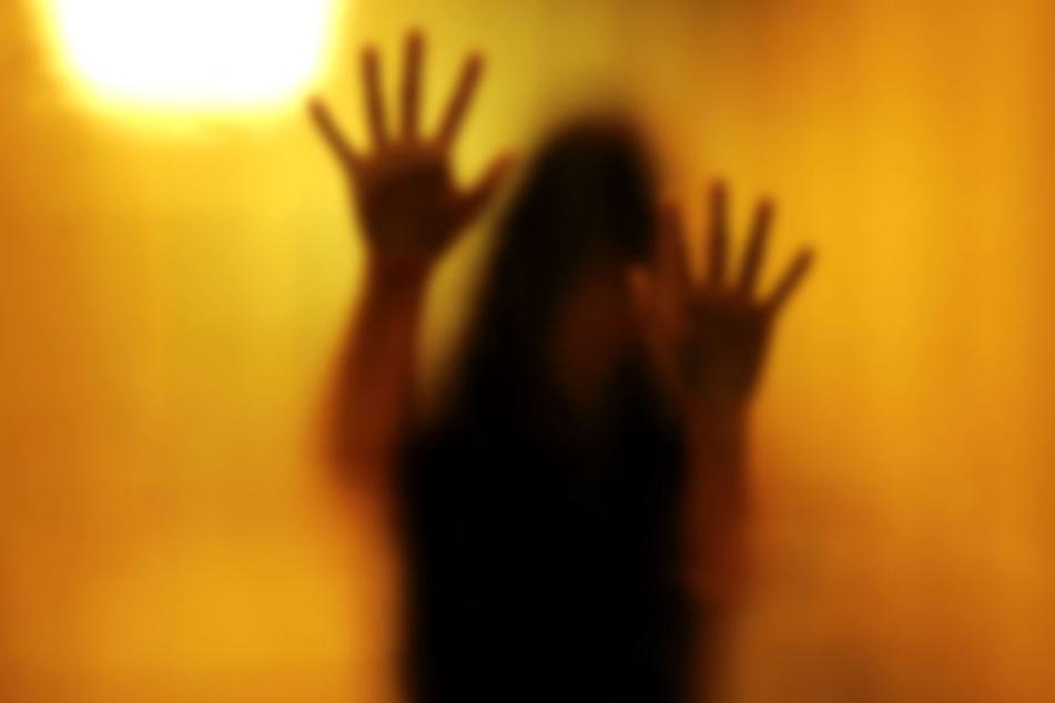 Der Mann soll die 13-Jährige mindestens zwei Mal sexuell missbraucht haben.