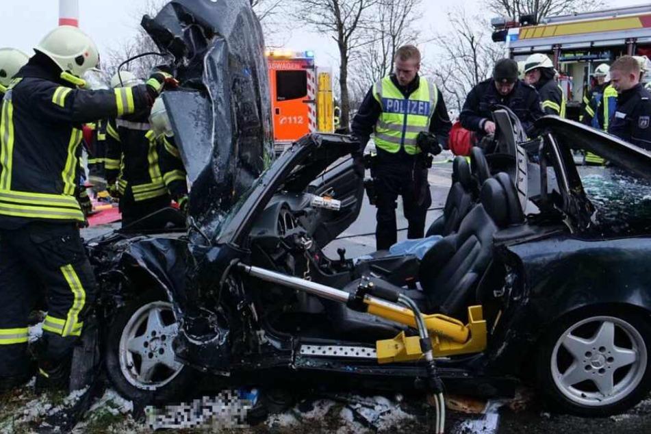Der Fahrer musste aus dem Mercedes befreit werden.