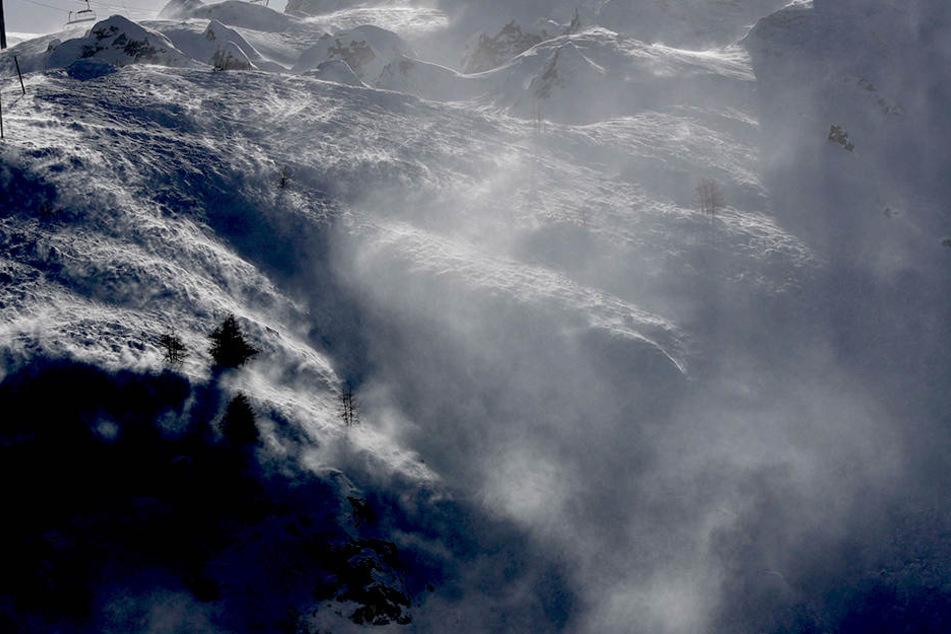 Lawinengefahr! Auch schwierige Straßenverhältnisse wegen des starken Schneefalls waren der Grund, dass Urlauber festsaßen.