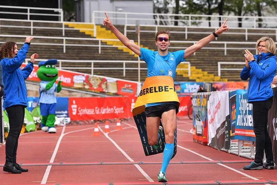 Marcel Bräutigam läuft überglücklich durchs Ziel.