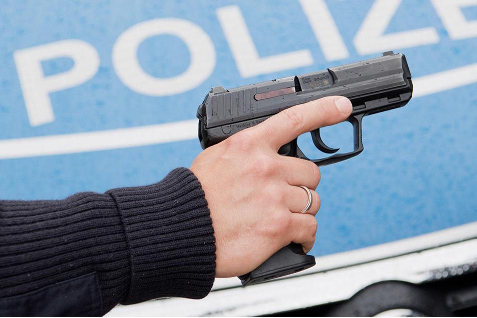 Ein 39-Jähriger ist am Samstag mit einer Waffe durch Leipzig gelaufen und hat Passanten und Autofahrer bedroht.
