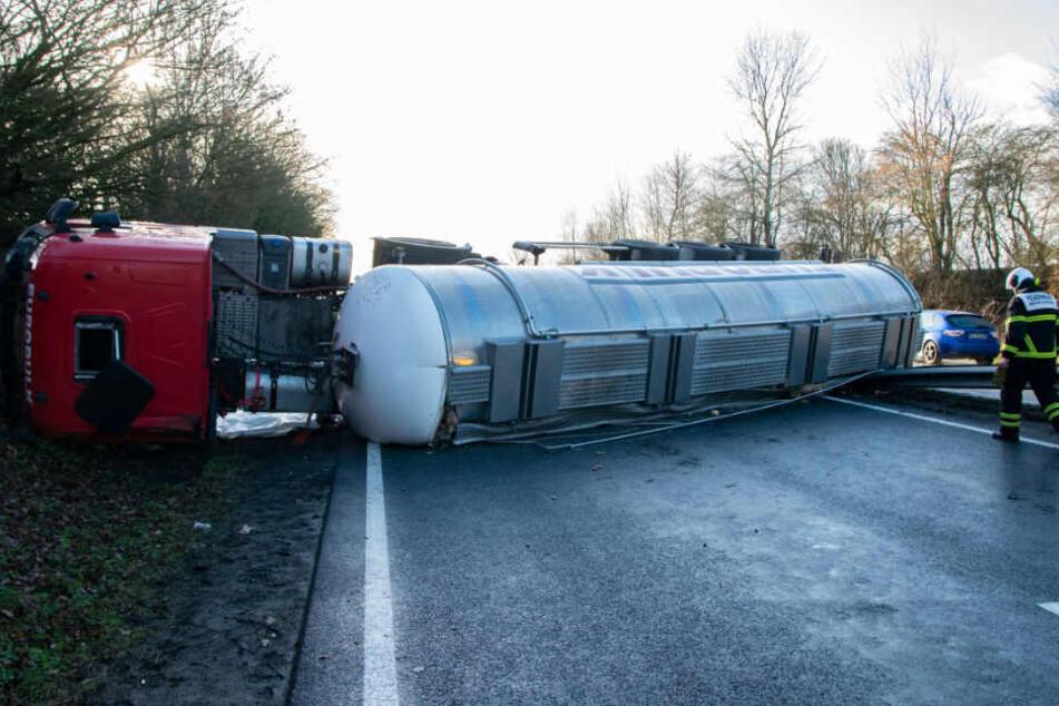 Der Tanklaster liegt umgekippt auf beiden Fahrspuren der A1 in Richtung Fehmarn.