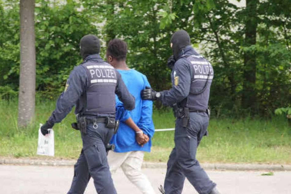 Nach der gescheiterten Abschiebung eines 23-jährigen Togolesen ist es zu tumultartigen Szenen in der Flüchtlingsunterkunft gekommen.