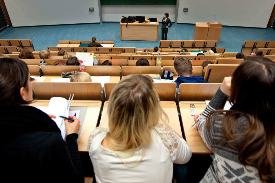 Studenten der Universität Rostock sitzen in einem Hörsaal .