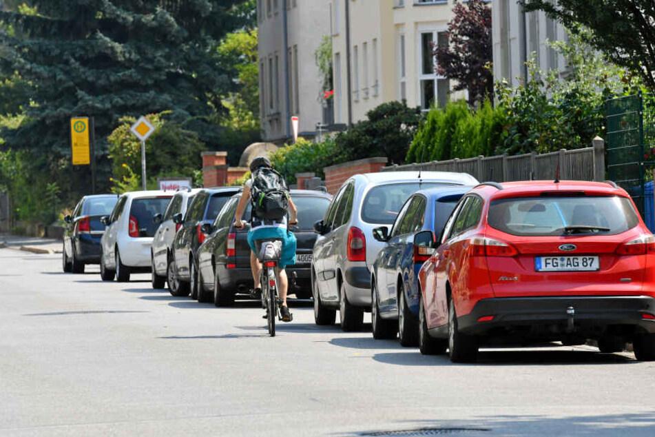 Noch müssen sich Radfahrer an der Nöthnitzer Straße an parkenden und fahrenden Autos vorbeischlängeln.