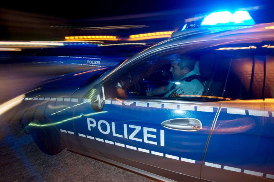 Die Polizei sperrte die Fahrbahn für über eine Stunde (Symbolbild)