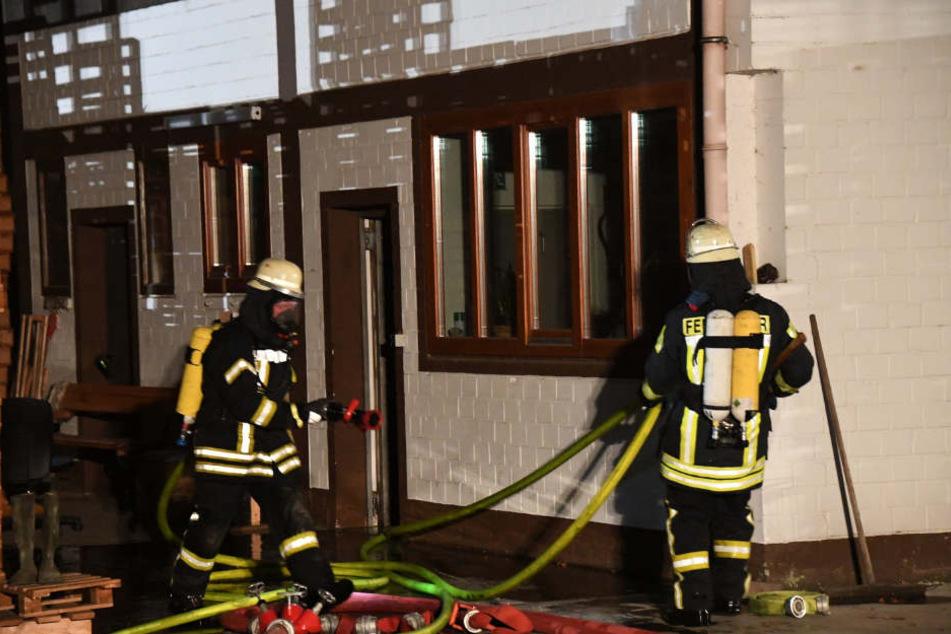 Mit Atemschutzgeräten ausgestattet gingen die Feuerwehrmänner gegen die Flammen vor.