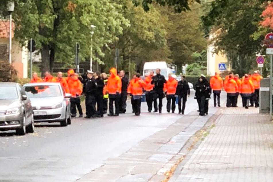 Das Foto zeigt Einsatzkräfte beim Beginn der Evakuierung in Hanau.